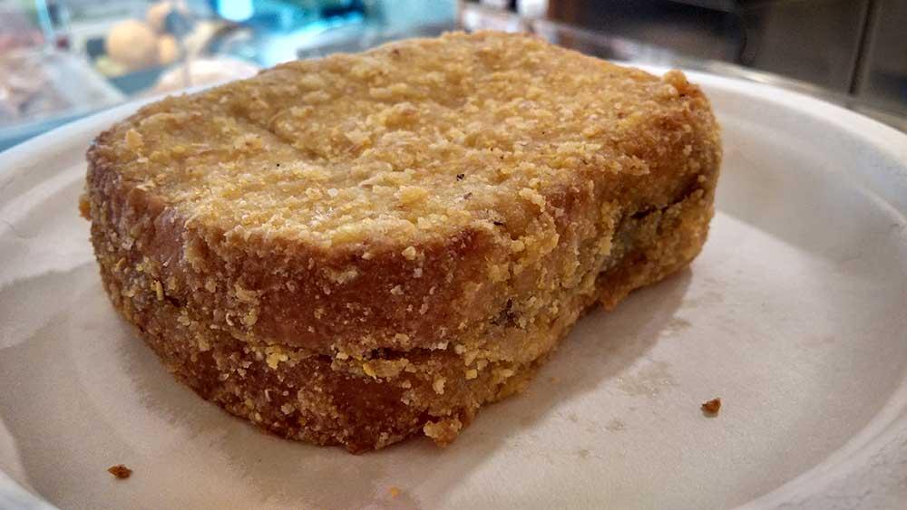 Toast vegano fatto con tofu affumicato e crema di topinambur